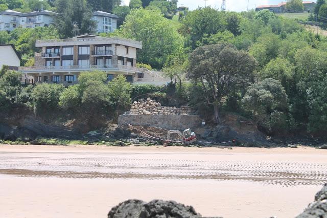 Imagen del chalé de la familia Atutxa en Mundaka, con la escollera que se está construyendo en la parte inferior.