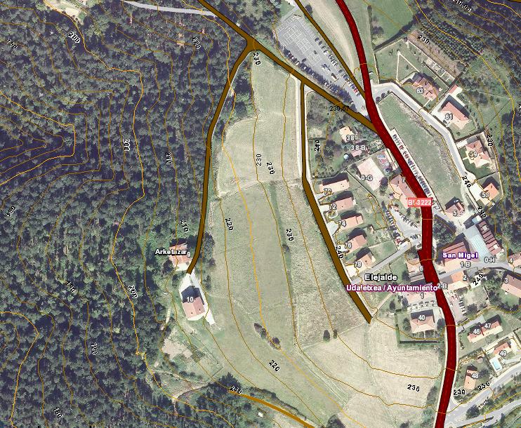 Vista aérea de Mendata. A la drecha el núcleo urbano y a la izquierda el chalé.