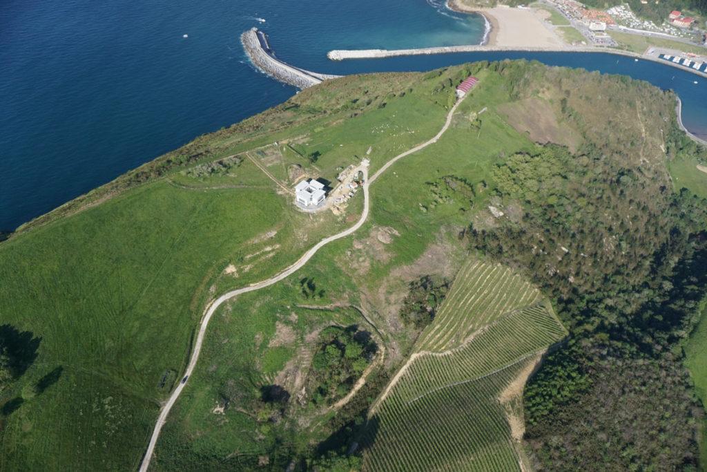 Imagen aerea de la nueva edificación, con la playa de Orio al fondo.