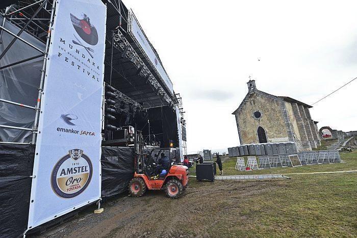 Montaje de las instalaciones del festival el pasado año.