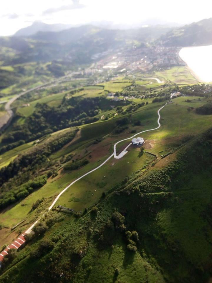 Imagen aérea de la urbanización del vial ejecutada sin licencia.